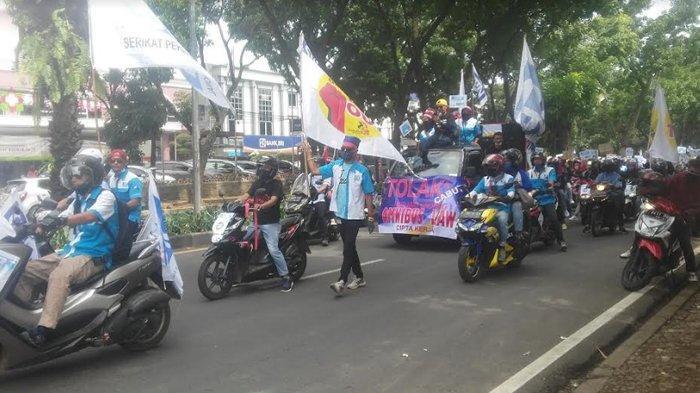 BREAKING NEWS - Akan Unjuk Rasa, Ratusan Buruh Konvoi Melintasi Jalan Pajajaran