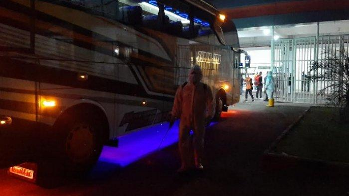 Tiba di Stadion Pakansari, Bus yang Angkut Pemain Persija Jakarta Langsung Disemprot Disinfektan