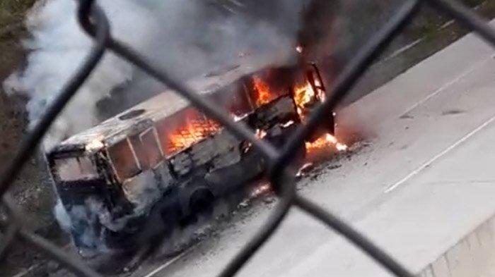 Diduga Korsleting Listrik, Sebuah Bus Bertuliskan 'Polisi' Terbakar Di Tol Bocimi