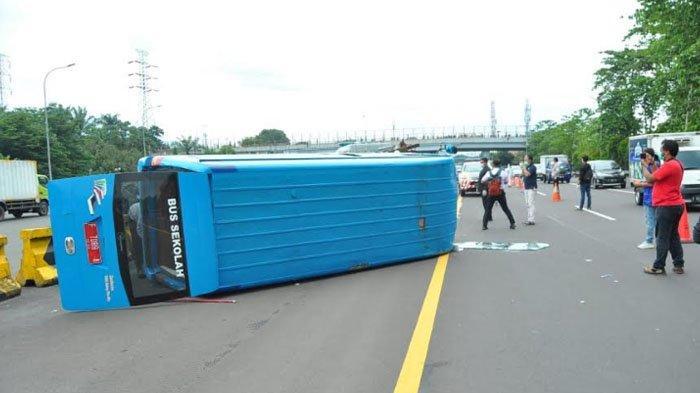 BREAKING NEWS - Minibus Pengangkut Pasien Covid-19 Terguling di Tol Jagorawi