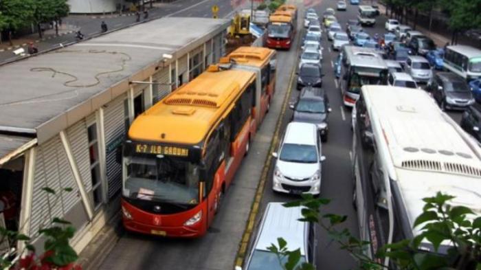 Sejumlah Rute Bus TransJakarta Dialihkan Akibat Hujan Deras