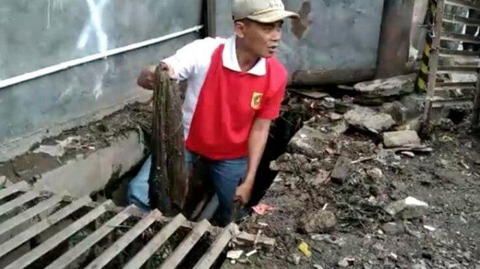 Camat Cisarua Bogor Bersihkan Gorong-gorong, Temukan Benda Ini di Saluran Air