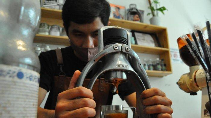 Cerita alumni sekolah vokasi IPB University Heru Prianjastian (25) buka usaha coffee shop
