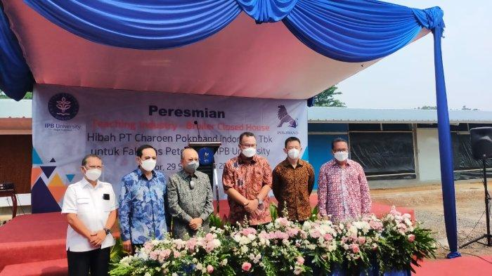 "PT Charoen Pokphand Indonesia Tbk meresmikan hibah berupa kandang ayam broiler ""Closed House"" kepada Fakultas Peternakan IPB University, Rabu (29/9/2021)."
