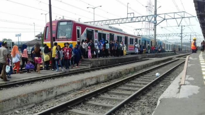 Penumpang Commuter Line Tujuan Bogor-Jakarta Ramai