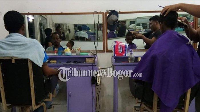 Pangkas Rambut Tradisional di Bogor Tak Kalah Dengan Barbershop, Konsumen Dapat Servis Tambahan