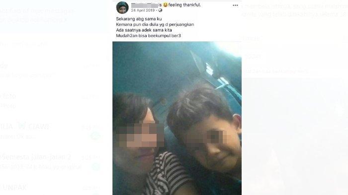 Rangga dan ibunya sebelum terjadi peristiwa mengerikan di gubuk mereka. (Facebook)