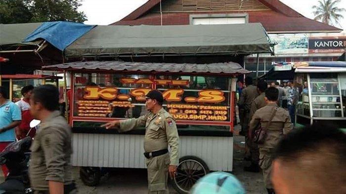 Pedagang Sate Diduga Pakai Daging Babi Ditertibkan Satpol PP, Pedagang Sempat Buang ke Got