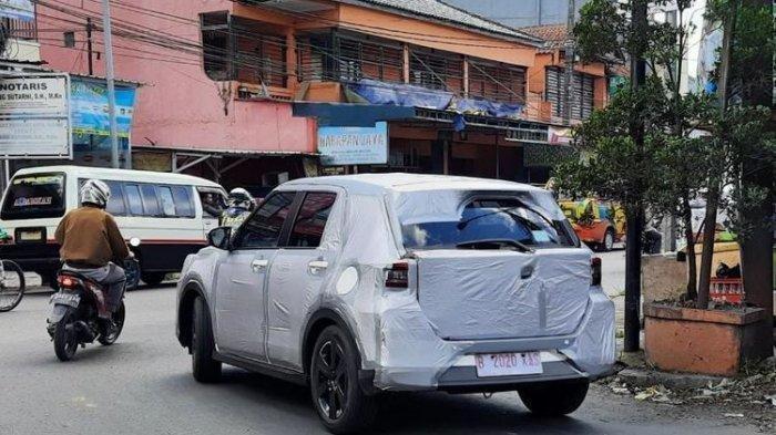 Heboh! Penampakan Daihatsu Rocky yang Melintas Berbalut Serba Putih
