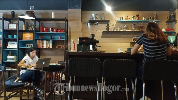 Coffee shop di Jalan Achmad Adnawijaya No.141A Bogor Utara, Kota Bogor, yakni Dailydose Coffee & Eatery.