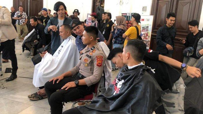 Anggota Dalmas Polresta Bogor Kota 'Serbu' Acara Cukur Masal untuk Amal di Balaikota