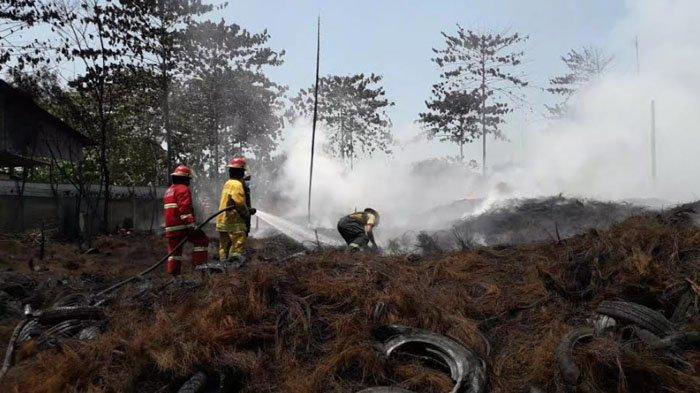 Memasuki hari ketiga, petugas pemadam kebakaran (damkar) masih berjibaku memadamkan kebakaran limbah ban bekas di Jalan Raya Bojongnangka, Desa Bojongnangka, Kecamatan Gunungputri, Kabupaten Bogor, Rabu (21/4/2021).