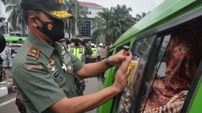 Danrem 061/SK Brigjen TNI Achmad Fauzi melakukan sosialisai penggunaan masker untuk mencegah penyebaran Covid-19, Selasa (2/2/2021).