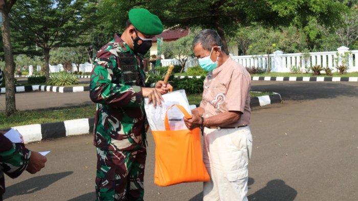 Petugas Pemakaman Covid-19 Kabupaten Bogor Dapat Bantuan 400 APD dan 2 Ton Beras dari Danrem 061