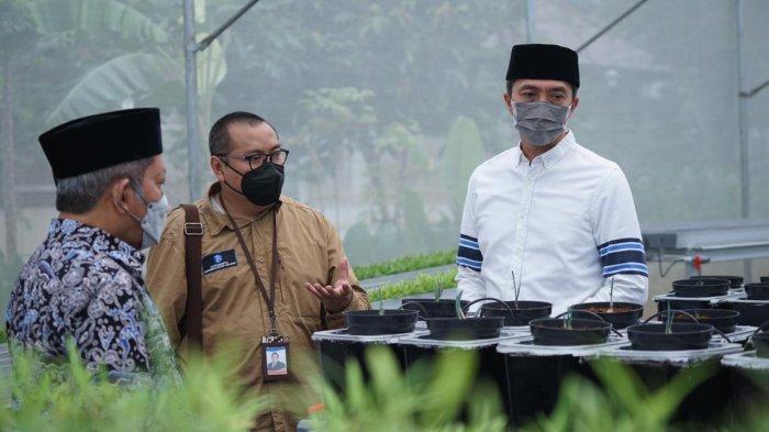 Dedie A Rachim saat penandatanganan berita acara serah terima bantuan Proyek Percontohan Pertanian Perkotaan Terpadu (integrated urban farming)