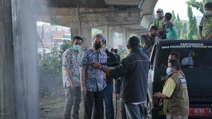 Wakil Wali Kota Bogor, Dedie A Rachim melihat kekuatan alat High Pressure Jet untuk membersihkan coretan pada dinding, Jumat (3/9/2021).