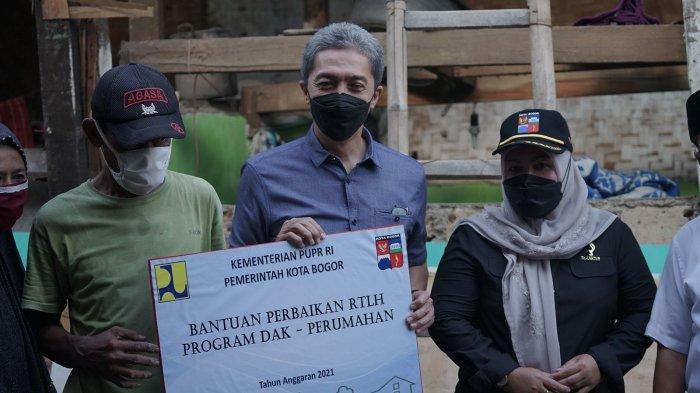 Wakil Walikota, Dedie A rachim, meninjau program rumah tidak layak huni (RTLH).