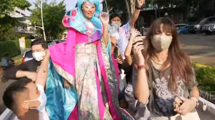 Biasa Naik Mobil Mewah, Begini Gaya Nia Ramadhani saat Naik Pick Up, Asisten : Urat Malunya Putus