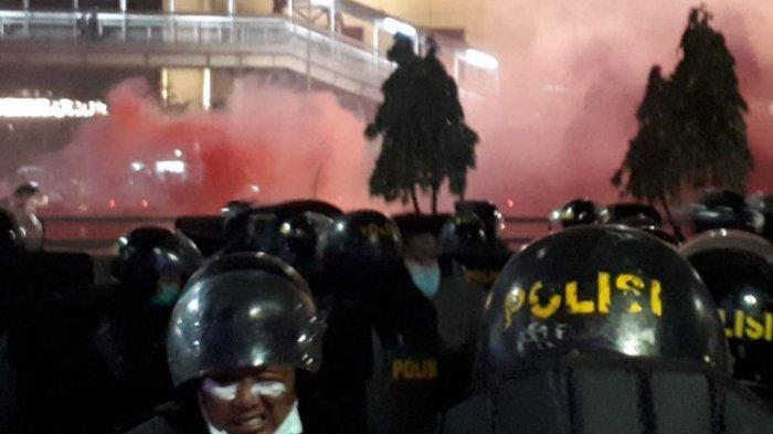 UPDATE Kerusuhan Demo DPR Pukul 19.16 WIB - Gas Air Mata Bercampur Asap Merah dari Flare