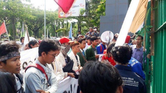 Mahasiswa Unjuk Rasa Depan Gedung Tegar Beriman Bogor, Minta Pemkab Bersih Dari Koruptor