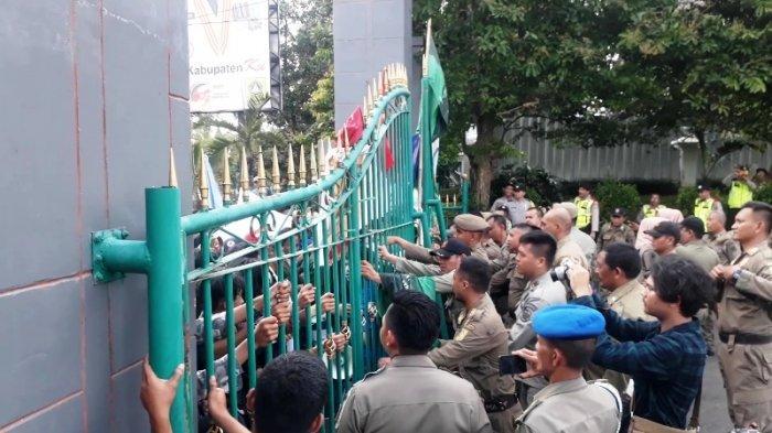 Hampir Ricuh, Demo Mahasiswa Di Cibinong Bogor Diwarnai Saling Dorong dengan Petugas