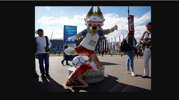Aktivis Rusia Demo di Patung Maskot Piala Dunia 2018 Sambil Berlumuran Darah
