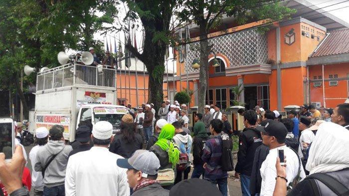 Massa Berdemo Di Depan Kantor KPUD Kabupaten Bogor, Tolak Pemilu Curang