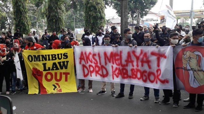 Massa demo buruh tolak Omnibus Law Cipta Kerja tumpah ruah di depan Kantor DPRD Kabupaten Bogor, Kamis (8/10/2020).