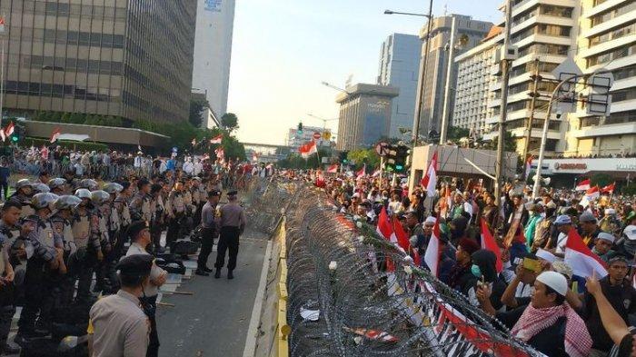 Demonstran di Bawaslu Dorong-dorongan dengan Polisi, Neno Warisman Ajak Bernyanyi