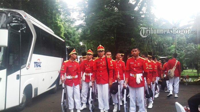 Paspampres Berseragam Merah Putih Ini Nyanyikan Lagu Kebangsaan Saat Ada Kunjungan Kenegaraan