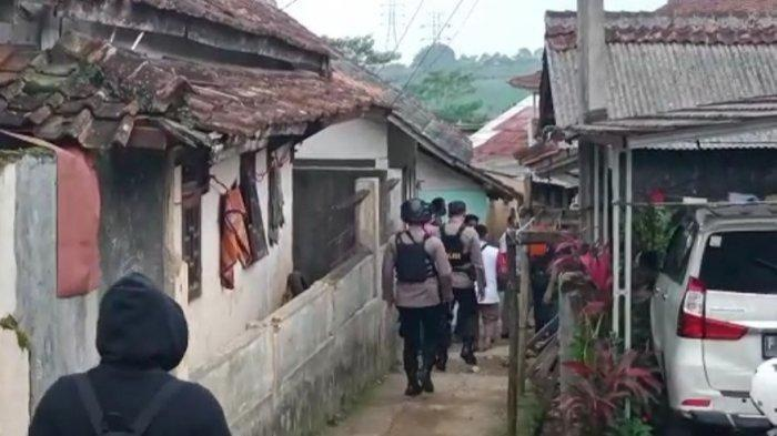 Densus 88 dan Jajaran Kepolisian Polres Sukabumi mengepung rumah diduga <a href='https://manado.tribunnews.com/tag/teroris' title='teroris'>teroris</a> di Kampung Limbangan, Desa Cibodas, Kecamatan Bojonggenteng, Kabupaten Sukabumi, Jawa Barat, Senin (29/3/2021) sore.