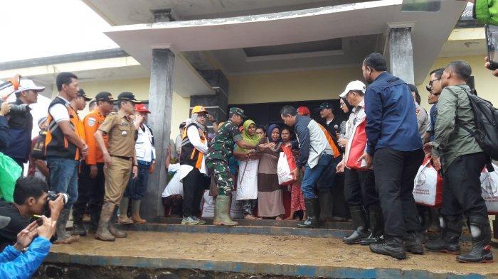 4 Hari Menahan Lapar, Para Pengungsi di Desa Pasir Madang Bogor Girang dapat Bantuan dari Istana