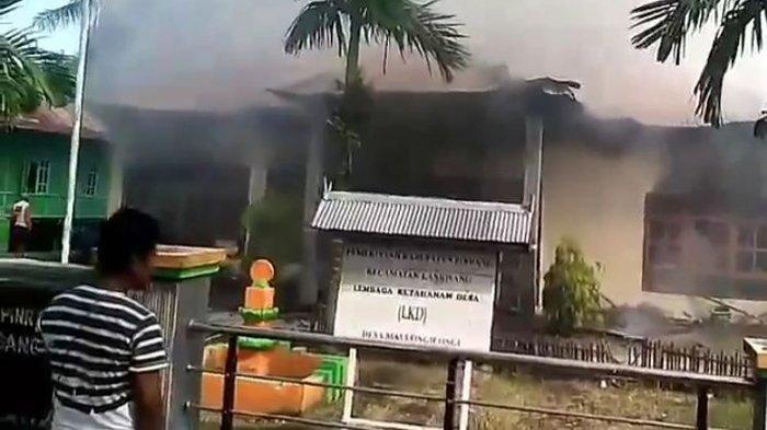 Geram Akta Jual Beli Tanah Tak Kunjung Selesai, Pria Ini Live Facebook Saat Bakar Kantor Desa