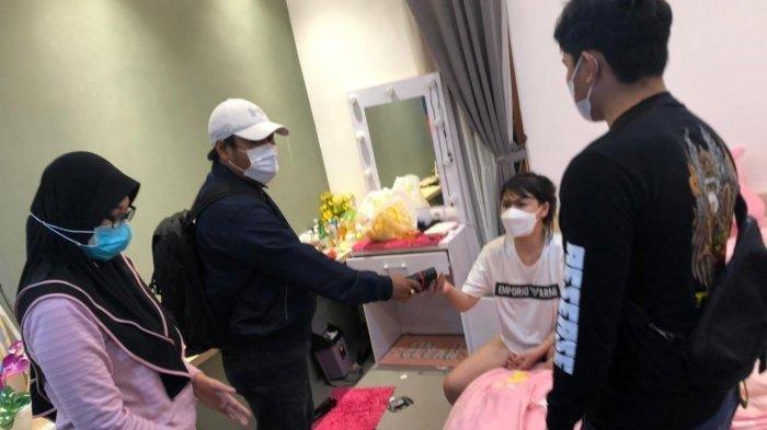 Lagi Live Tanpa Busana, Selebgram Ini Tak Berkutik saat Polisi Gedor Pintu Apartemen : Pamer Aurat
