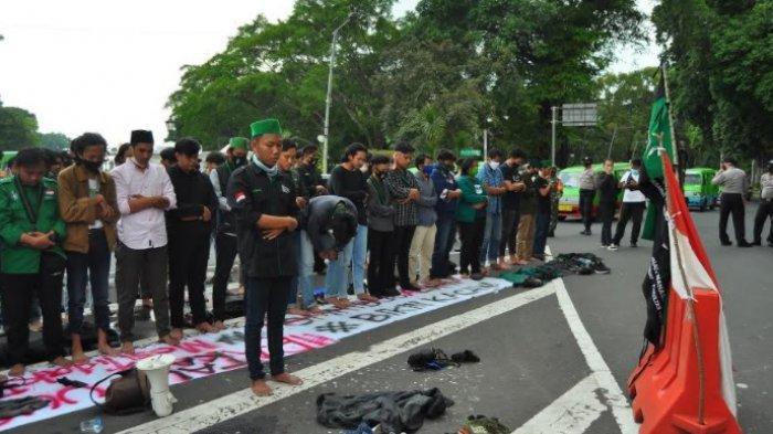 Mahasiswa Gelar Shalat Berjamaah di Tengah Aksi Demo Tolak Omnimbus Law di Depan Istana Bogor