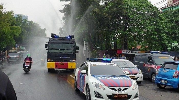 Polisi Semprot Disinfektan di Sekitar Rumah Rizieq Shihab