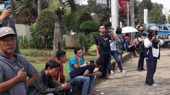 Disuruh Bubar Oleh Polisi demi Cegah Corona, Reaksi Kerumunan Warga Ini Malah Ambil HP dan Berfoto