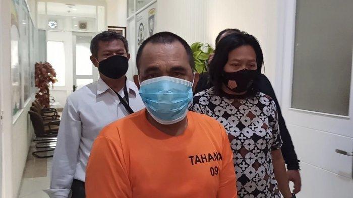 Djamaludin (52), ayah yang nodai putri kandungnya sendiri, saat diperiksa di Ruang Unit Pelayanan Perempuan dan Anak (PPA) Satreskrim Polres Metro Jakarta Utara, Rabu (10/3/2021).