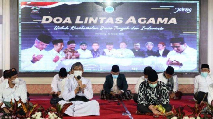 Minta Terhindar dari Bencana, Ganjar Pranowo dan Pemuka Agama Duduk Bersila Panjatkan Doa