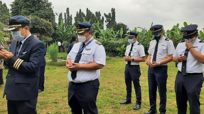 Pilot yang hadir panjatkan doa di makam Captain Afwan di Taman Makam Bahagia (TMB) Pondok Rajeg, Cibinong, Kabupaten Bogor, penuh rasa haru.