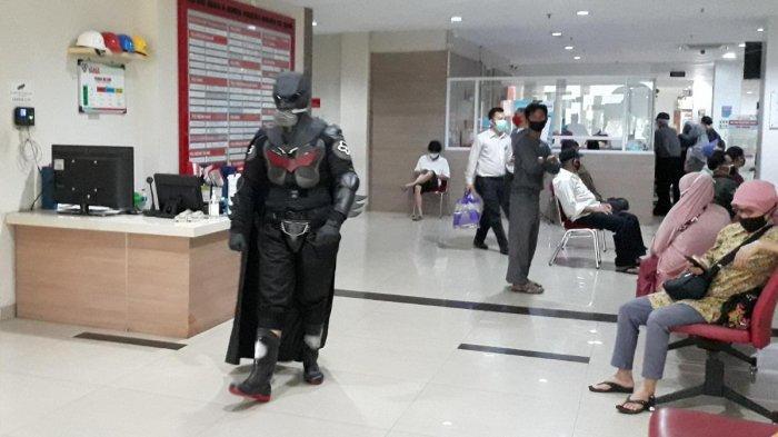 Ajak Pasien Optimis Perangi Covid-19, Dokter di Bogor Pakai APD Bergaya Superhero