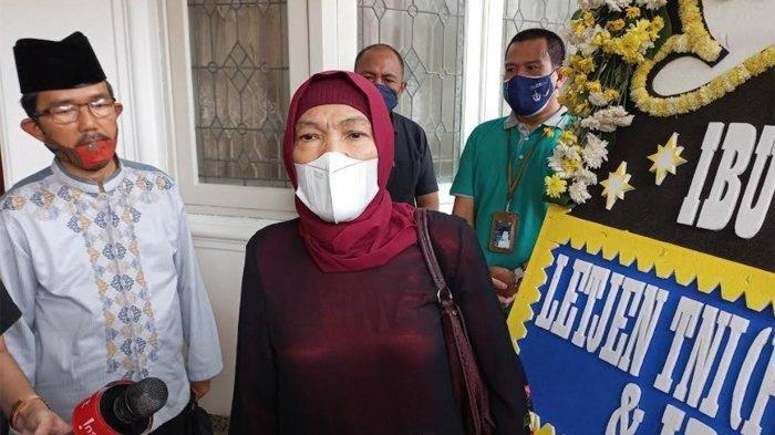 Dorce Gamalama saat melayat ke rumah duka almarhum penyanyi Elly Kasim.
