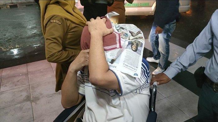 Jadi Tersangka Korupsi Dana BOS, Mantan Pejabat Disdik Ciamis Tutupi Wajahnya Pakai Koran