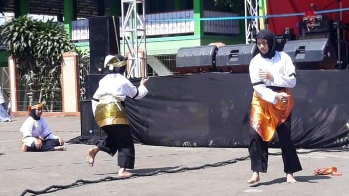 BREAKING NEWS - 2 Jawara Cantik Adu Ilmu Silat di Lapangan SMAN 1 Megamendung