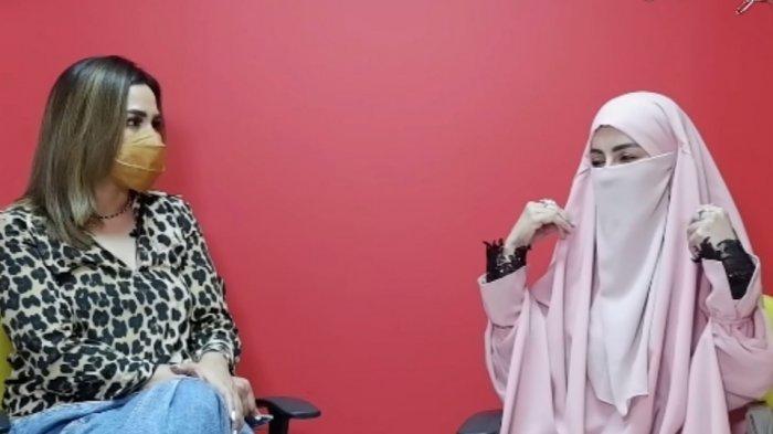 Dulu Dikenal Artis Seksi Kini Berhijab, Tangis Five Vi Pecah Ungkap Alasan Hijrah:Aku Takut Kematian