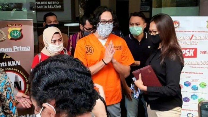 Dwi Sasono terlihat dibawa keluar ruangan oleh Kepala Satuan Reserse Narkoba Polres Metro Jakarta Selatan Kompol Vivick Tjangkung didepan wartawan, Selasa (9/6/2020), untuk dibawa ke RSKO Cibubur, Jakarta Timur, menjalani rehabilitasi.