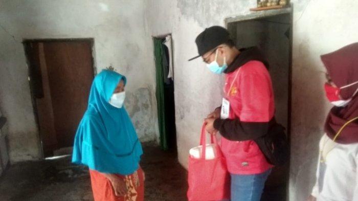 Rayakan HUT ke-76 RI, Pemuda Kampung Lembah Neundeut Bagi-Bagi Sembako