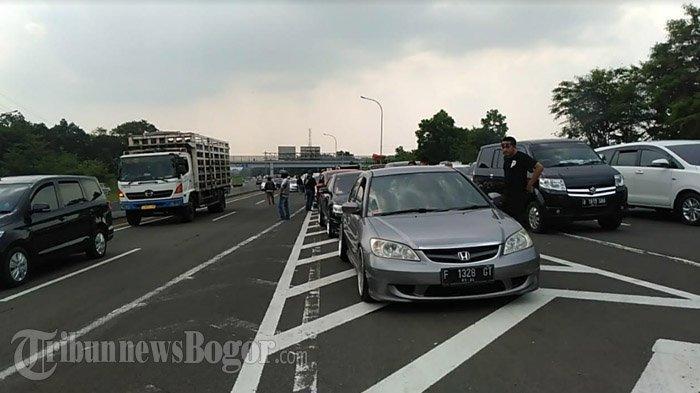 Jalur Puncak Ditutup ke Atas, Antrean Kendaraan Mengular di Exit Gerbang Tol Ciawi
