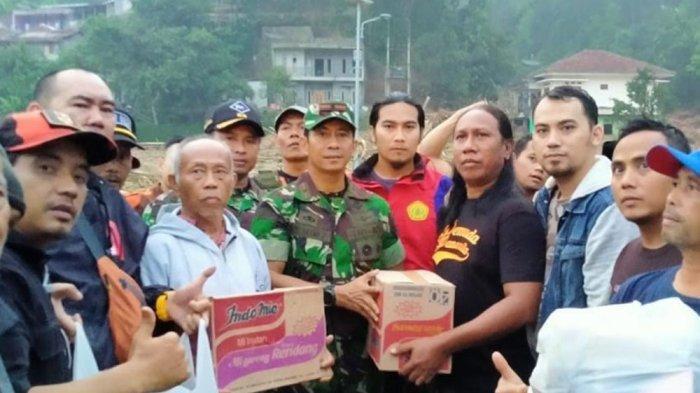 Datangi Korban Longsor di Sukajaya, FAJI Kabupaten Bogor Serahkan Bantuan