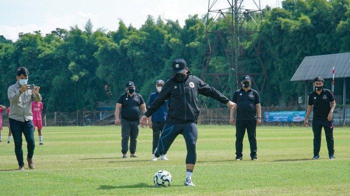 Bima Arya Buka Festival Tendangan Penalti dan Juggling, Begini Gaya Wali Kota saat Nendang Bola